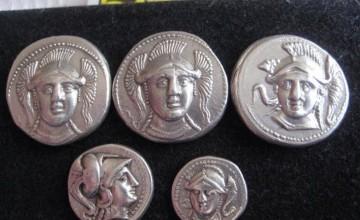 Monedas de plata griegas encontradas con un detector de metales G2